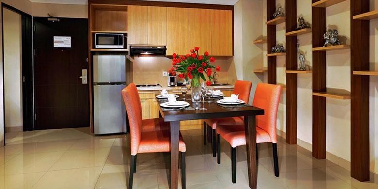 Kitchen set disediakan untuk para tamu Atria Residence