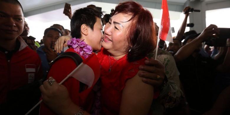 Pebulu tangkis ganda campuran Indonesia, Liliyana Natsir (kiri) disambut oleh sang ibunda, Olly Maramis, sesaat setelah tiba di Bandara Soekarno Hatta, Cengkareng, Jakarta, Selasa (23/8/2016).