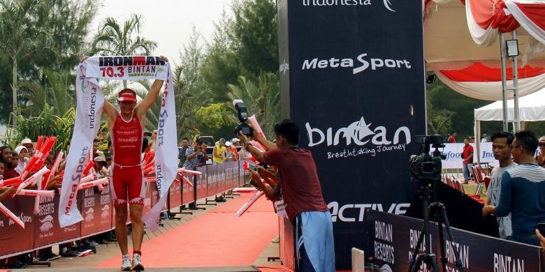Peserta menuntaskan sesi lari dalam Wonderful Indonesia IronMan 70.3 di Bintan, Kepulauan Riau pada akhir Agustus 2016. Bintan didorong menjadi salah satu tujuan wisata olahraga dengan pasar pelancong asing. Setiap tahun, paling sedikit lima kompetisi dihelat di Bintan dan dihadiri ratusan ribu pelancong asing.