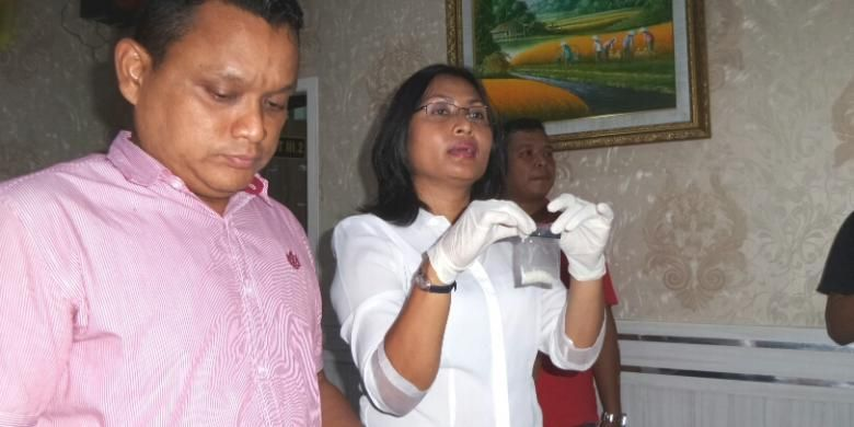Kasat Narkoba Polres Jakarta Selatan Kompol Vivick Tjangkung bersama barang bukti terduga sabu saat menggelar barang bukti di Polres Metro Jakarta Selatan, Senin (29/8/2016).