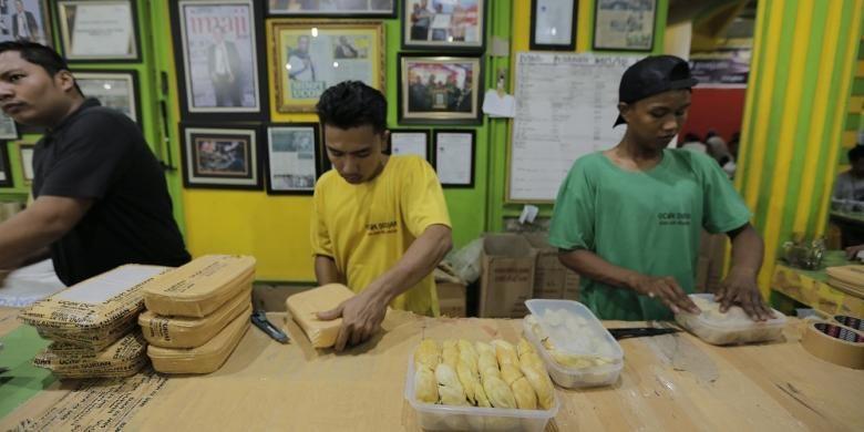 Proses pengemasan durian di Durian Ucok, Medan, Sumatera Utara. Gambar diambil pada Kamis (25/8/2016)
