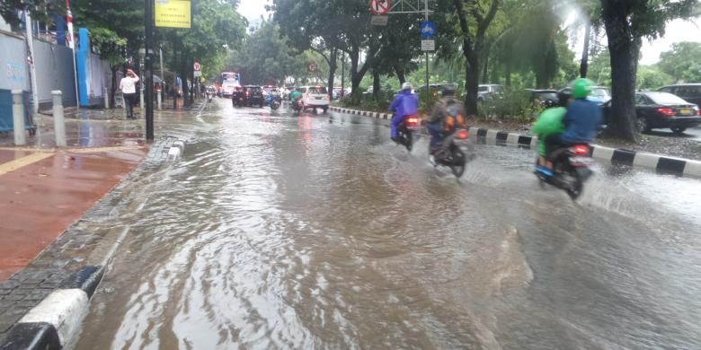 Genangan air di sejumlah ruas jalan di Jalan Sudirman, Selasa (30/8/2016)