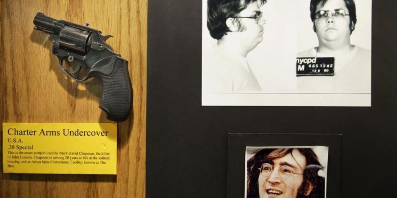 Senjata yang digunakan Mark David Chapman to untuk membunuh John Lennon dipamerkan di sebelah foto mereka di museum kecil milik divisi investigasi forensik Kepolisian New York.