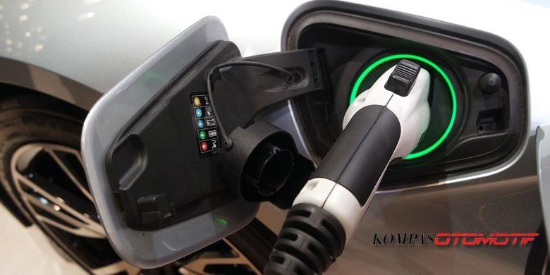 Baterai lithium-ion sebagai sumber tenaga motor listrik BMW i8 bisa diisi ulang lewat listrik rumahan, BMW Indonesia menjual i8 berikut instalasi perangkat pengisian ulang untuk dipasang di rumah.
