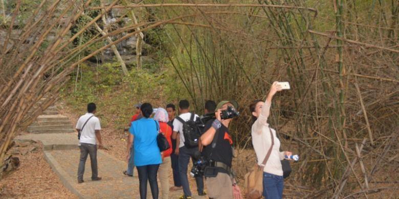 Rombongan jurnalis dari Jakarta sedang berselfie di obyek wisata Goa Batu Cermin di Desa Batu Cermin, Kecamatan <a href='https://kupang.tribunnews.com/tag/komodo' title='Komodo'>Komodo</a>, Manggarai Barat, <a href='https://kupang.tribunnews.com/tag/flores' title='Flores'>Flores</a>, <a href='https://kupang.tribunnews.com/tag/ntt' title='NTT'>NTT</a>, Rabu (31/8/2016).
