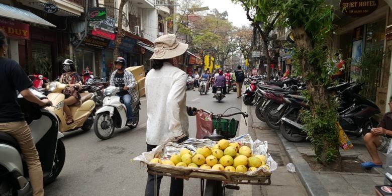 Sebuah jalan sibuk di Hanoi.