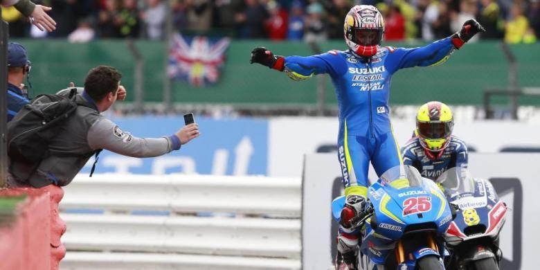 Pebalap Suzuki Ecstar asal Spanyol, Maverick Vinales, merayakan keberhasilannya finis di urutan pertama pada balapan GP Inggris di Sirkuit Silverstone, Minggu (4/9/2016).