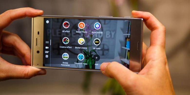 Sony Xperia XZ memiliki layar 5,2 inci, prosesor Snapdragon 820, RAM 3 GB, serta kamera 23 megapiksel (belakang) dan 13 megapiksel (depan).