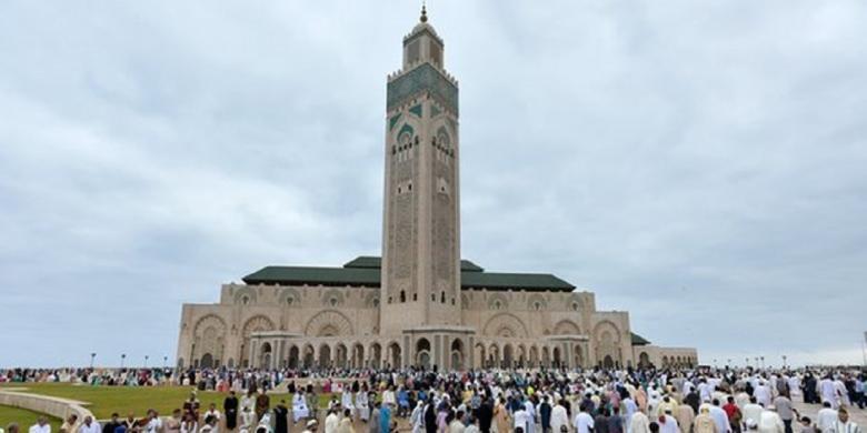 Umat Muslim berkumpul menjelang perayaan Idul Idha di Masjid Hassan II di kota Casablanca, Maroko.