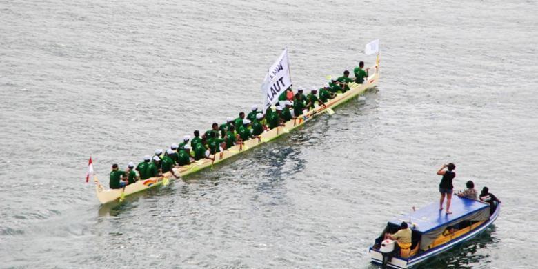 Sejumlah perahu belang ikut beradu cepat dalam lomba Manggurebe Arumbae di Festival Pesta teluk Ambon, Maluku, Jumat (9/9/2016).