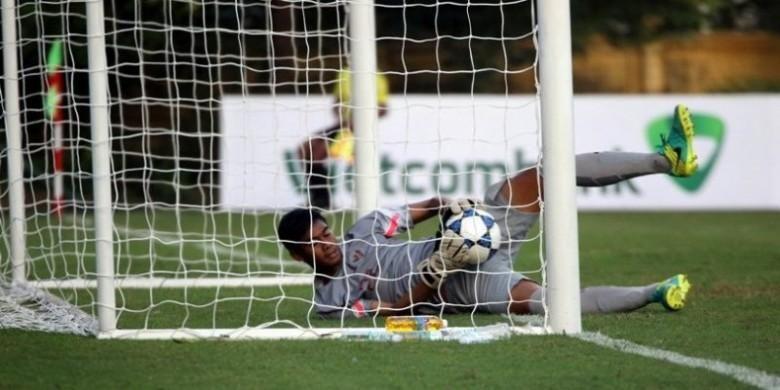 Kiper Indonesia U-19, Satria Tama, melakukan blunder saat berusaha menangkap bola dari sepakan pemain Myanmar U-19 di Vietnam Youth Training Centre, Hanoi, Senin (12/9/2016) sore.