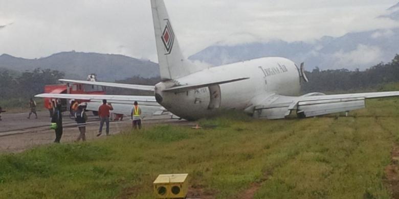 Pesawat kargo milik Trigana Air, tergelincir saat mendarat di bandara Wamena, Selasa (13/9/2016), sekitar pukul 07.30 WIT.