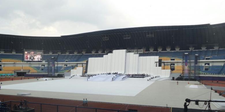 Suasana Stadion Gelora Bandung Lautan Api (GLBA), Bandung, menjelang pembukaan PON XIX/2016 pada Sabtu (17/9/2016).