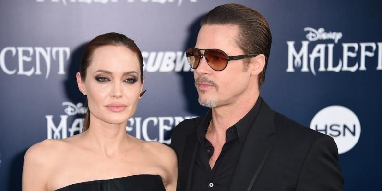 Pasangan Angelina Jolie dan Brad Pitt menghadiri pemutaran perdana film Maleficent di El Capitan Theatre di Hollywood, California, pada 28 Mei 2014. TMZ melaporkan, Jolie menggugat cerai Brad Pitt setelah 12 tahun bersama.