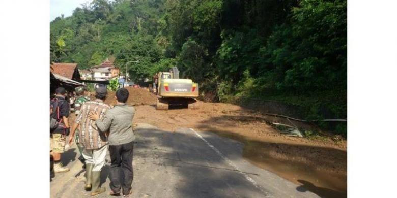 Jalur Bandung Sumedang lumpuh total menyusul longsor yang menimbun jalan nasional di gerbang masuk kawasan Cadas Pangeran, Singkup, Desa Ciherang, Kecamatan Sumedang Selatan, Selasa (20/9/2016).