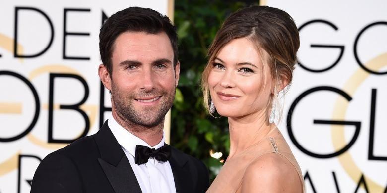 Musisi Adam Levine dan istrinya, model Behati Prinsloo, menghadiri Golden Globe Awards di Beverly Hills, California, pada 11 Januari 2015. Pasangan ini dikarunai anak perempuan pada Rabu (21/9/2016).