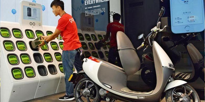 Gogoro skuter listrik dan swap-station miliknya.