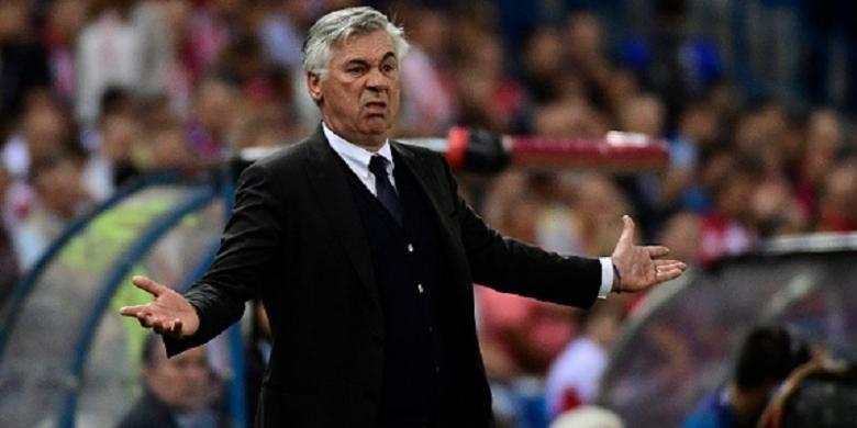 Pelatih Bayern Muenchen, Carlo Ancelotti, tampak kecewa saat timnya bertandang ke markas Atletico Madrid dalam lanjutan Liga Champions, Rabu (28/9/2016).