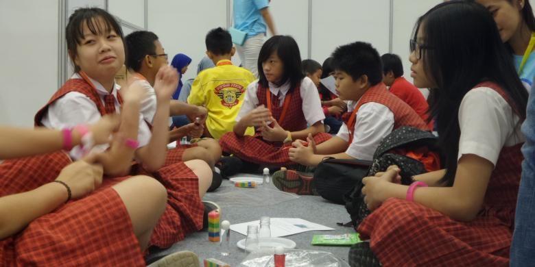 Puluhan murid SD menjadi peserta dalam Gramedia Science Day di Indonesia Convention Exhibition (ICE), Tangerang, Sabtu (1/10/2016). Dalam acara ini, para murid mengikuti permainan yang didasarkan pada ilmu sains.
