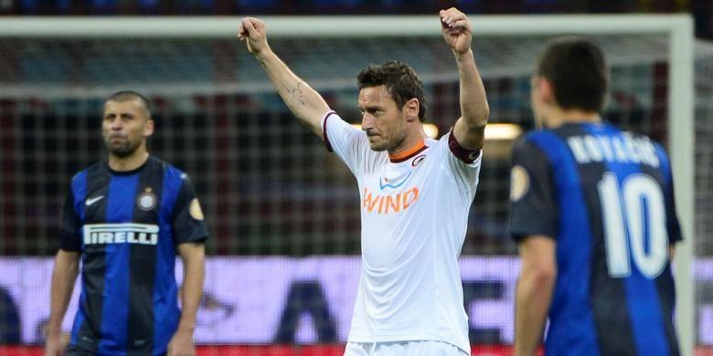Francesco Totti merayakan gol AS Roma ke gawang Inter Milan pada partai semifinal Coppa Italia di Stadion Giuseppe Meazza, 17 April 2013.