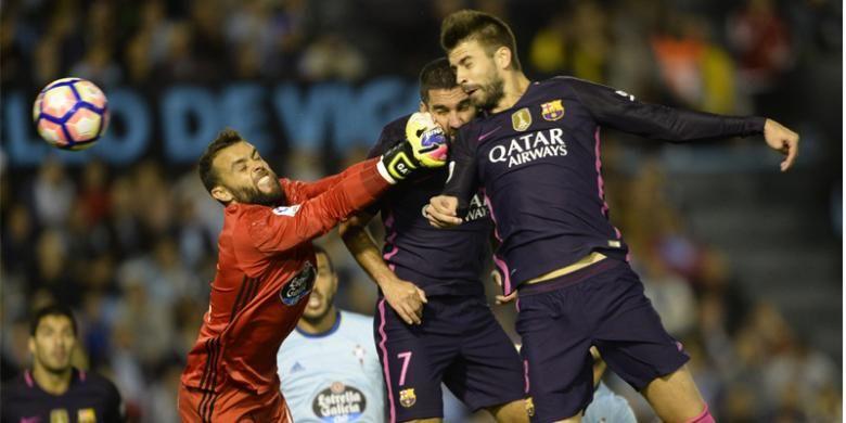 Bek Barcelona, Gerard Pique (kanan), menyundul bola untuk mencetak gol ke gawang Celta Vigo pada pertandingan La Liga di Stadion Balaidos, Vigo, Minggu (2/10/2016). Barca kalah 3-4.