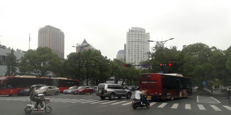 Semua kendaraan di Hangzhou, China, berjalan pada jalurnya. Tak ada saling serobot atau mengambil jalur yang bukan haknya.