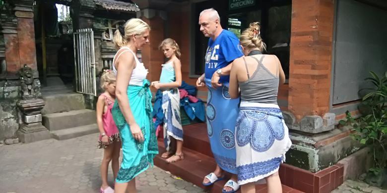 Kunjungan wisman di Pura Goa Gajah, Gianyar, Bali.