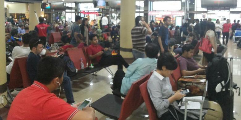 Ratusan penumpang Maskapai Garuda menunggu selama enam jam di Bandara Adisucipto, Yogyakarta akibat pesawat alami delay karena cuaca buruk, Sabtu (8/10/2016).