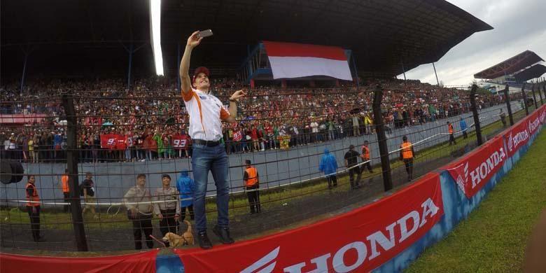 Pebalap MotoGP Marc Marquez, menyapa penggemar dan konsumen Honda dalam Meet & Greet di sirkuit Sentul, Jawa Barat Februari 2016 lalu.