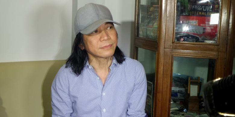 Gitaris Slank Abdee Negara berbincang dengan sejumlah wartawan di kawasan Kebayoran, Jakarta Selatan, Rabu (12/10/2016).