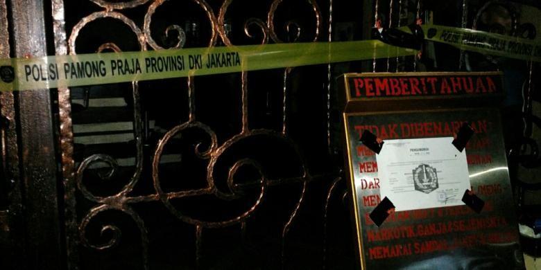 Satpol PP DKI Jakarta menyegel dan menutup DiskotekMilles di kawasan Taman Hiburan Rakyat (THR) Lokasari, Mangga Besar, Tamansari, Jakarta Barat, Kamis (13/10/2016).