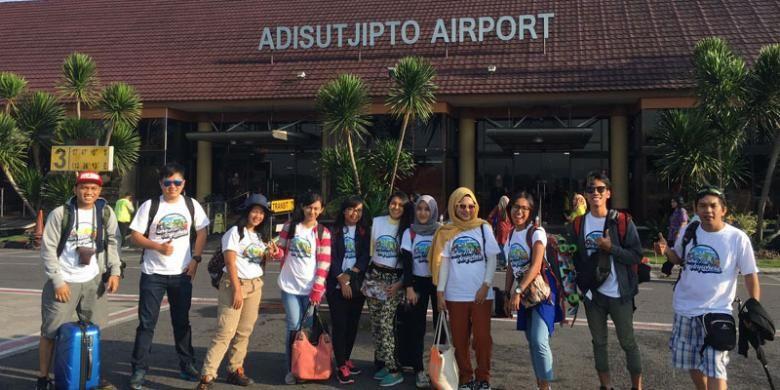 Sepuluh peserta pemenang Quiz on Article dan Photo Competition dari kompetisi Take Me Anywhere 2 tiba di Bandara Adisutjipto Yogyakarta, Jumat (14/10/2016).