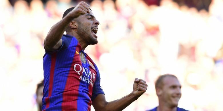 Pemain FC Barcelona, Rafinha, melakukan selebrasi seusai membobol gawang Deportivo La Coruna dalam laga La Liga, di Stadion Camp Nou, Sabtu (15/10/2016).