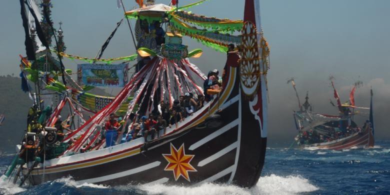 Puluhan kapal selerek ikut melarung sesaji di lautan lepas di tradisi Petik Laut Muncar, di Banyuwangi, Jawa Timur, Minggu (16/10/2016).