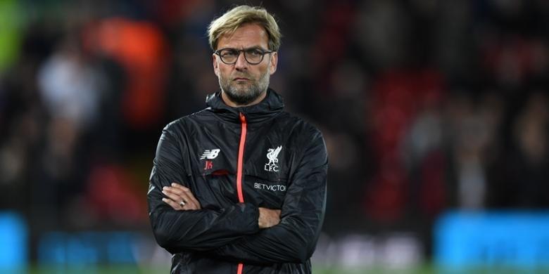 Pelatih Liverpool, Juergen Klopp, menyaksikan pemainnya melakukan pemanasan jelang melawan Manchester United di Stadion Anfield, Senin (17/10/2016).