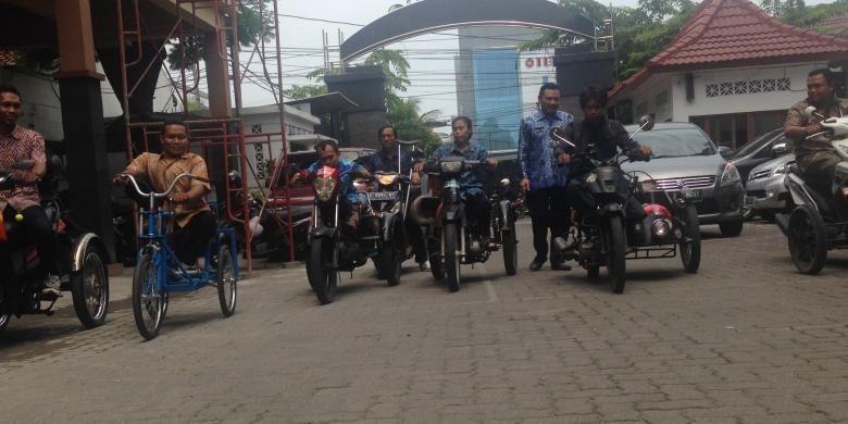 Para penyandang disabilitas melakukan atraksi menggunakan sepeda roda tiga di halaman kantor Balitbang Jateng. Pemerintah mulai melakukan inkubasi terhadap kendaraan bermotor khusus penyandang disabilitas.