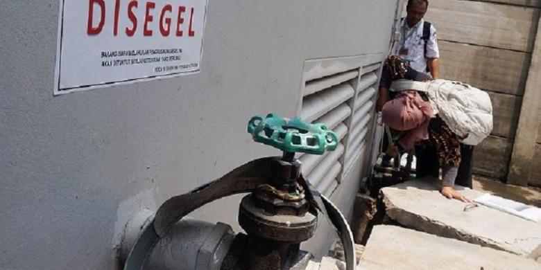 Tim gabungan dari Dinas Tata Air, Palyja, dan Komisi Pemberantasan Korupsi melongok bak penampungan air di salah satu gudang jasa pengiriman di Slipi, Jakarta Barat, Rabu (7/9). Di Jakarta terjadi sejumlah anomali pemakaian sehingga diduga pengambilan air tanah tanpa izin begitu besar.