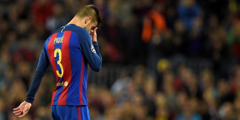 Gerard Pique meninggalkan lapangan Stadion Camp Nou akibat cedera pergelangan kaki saat Barcelona menang 4-0 atas Manchester City pada partai fase grup Liga Champions di Stadion Camp Nou, Rabu (19/10/2016).