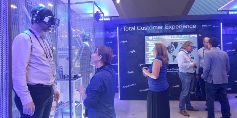 Suasana di salah satu booth di ajang Dell EMC World 2016 yang digelar di Austin Convention Center, Austin, Texas, Amerika Serikat, Kamis (20/10/2016). Virtual reality dan augmented reality telah menjadi penanda zaman menuju revolusi industri berikutnya.