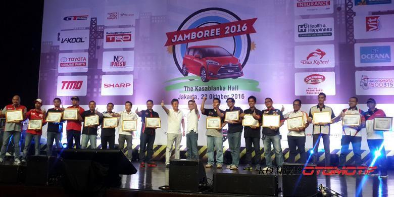 PAra ketua komunitas yang tergabung dalam Toyota Owner Club dalam Jamboree Toyota 2016 di Kasablanka Hall, Jakarta.