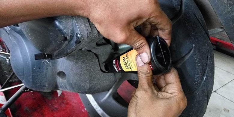 Ilustrasi penggantion oli transmisi atau gardan untuk CVT motor skutik