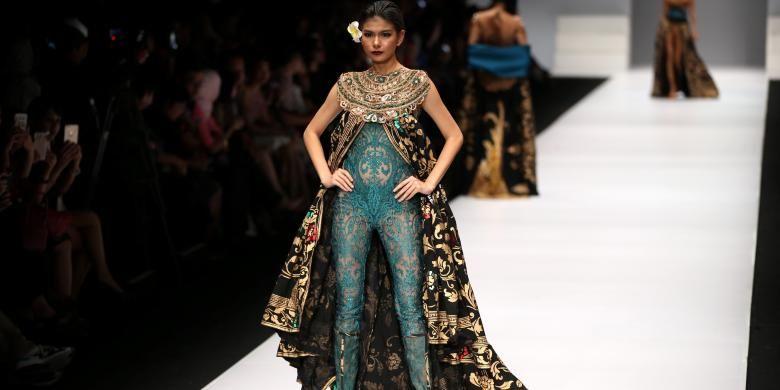 Salah satu koleksi dari Anne Avantie, dari koleksi Jangi Janger dengan menggunakan kain songket asal Bali, dengan desain-desain yang eksotis yang diusung dari macanegara, dalam Jakarta Fashion Week 2017 di Senayan City Jakarta, Selasa (25/10/2016).
