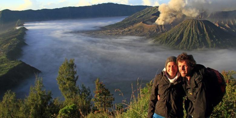 Image Result For Turis Asing Menikmati Pemandangan Di Gunung Bromo