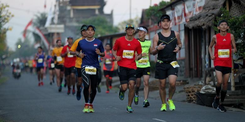 Peserta mengikuti lomba lari internasional Maybank Bali Marathon (MBM) 2016 di Gianyar, Bali, Minggu (28/8/2016). MBM 2016 memperlombakan kategori full-marathon (42,197 km), half-marathon (21,0975 km), 10K, dan lomba lari anak (children sprint) dengan total hadiah lebih dari Rp 2 miliar bagi 88 orang pemenang.