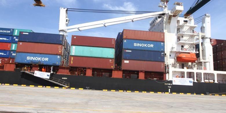 Suasana aktivitas bongkar muat Terminal Peti Kemas Kalibaru atau New Priok Container Terminal beberapa waktu lalu.