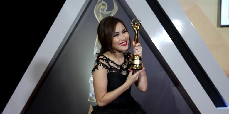 Penyanyi Ayu Ting Ting berpose saat Anugerah Musik Indonesia ke-19 di The Ecovention Ocean Park, Ancol, Jakarta, Rabu (28/9/2016). Ia mendapat penghargaan kategori artis solo wanita dangdut kontemporer terbaik.
