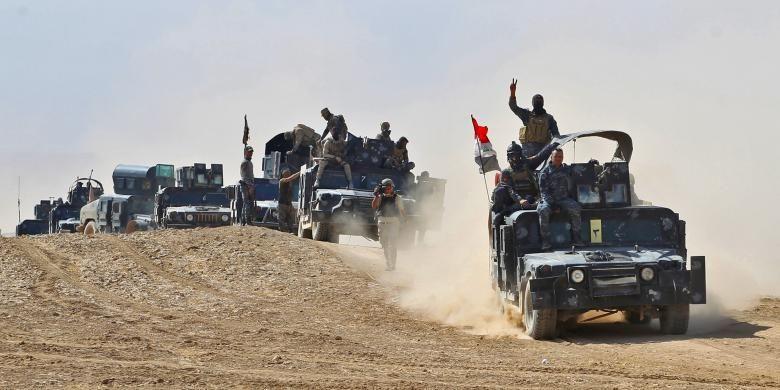 Pasukan Irak mengatur posisi dekat desa Tall al-Tibah, 30 km selatan kota Mosul, 19 Oktober 2016. Pada 17 Oktober, PM Haider al-Abadi mengumumkan dimulainya operasi militer besar-besaran untuk merebut Mosul, kota terbesar Irak sekaligus basis terakhir ISIS di negeri itu. Pada pertengahan Agustus 2017, Irak mulai menyerang Al Tafar untuk merebutnya dari ISIS