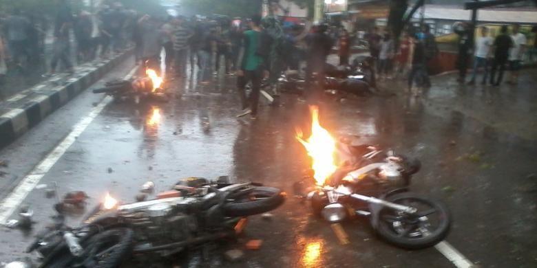 6 unit motor patroli Polisi dibakar mahasiswa yang bentrok di depan kampus Universitas Muhammadiyah (Unismuh) Makassar, Jumat (28/10/2016).