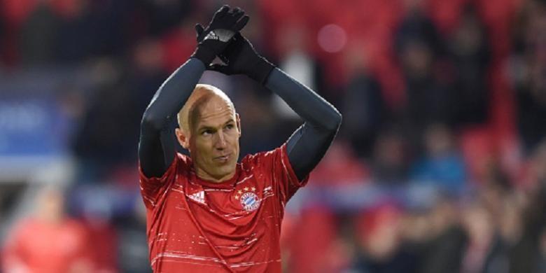 Pemain Bayern Muenchen, Arjen Robben, membalas aplaus suporter PSV Eindhoven jelang pertandingan kedua tim, Selasa (1/11/2016).