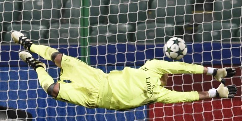 Penjaga gawang Real Madrid, Keylor Navas, melakukan aksi untuk membendung bola tembakan pemain Legia Warszawa, Thibault Moulin. Navas gagal melakukan penyelamatan sehingga Real Madrid tertinggal 2-3 dalam pertandingan penyisihan Grup F Liga Champions di Warsaw, Polandia, Rabu (2/11/2016). Duel ini berakhir dengan skor 3-3.